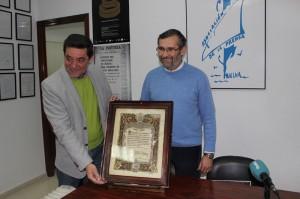 Eduardo Sugrañes y Rafael J. Terán sostienen el pergamino recuperado.