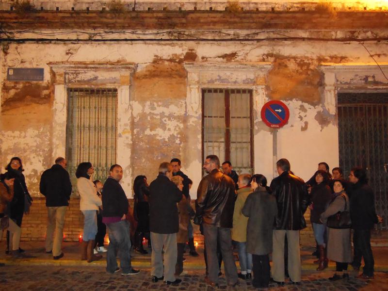 Concentración frente a la vieja casa de Diego Díaz Hierro.