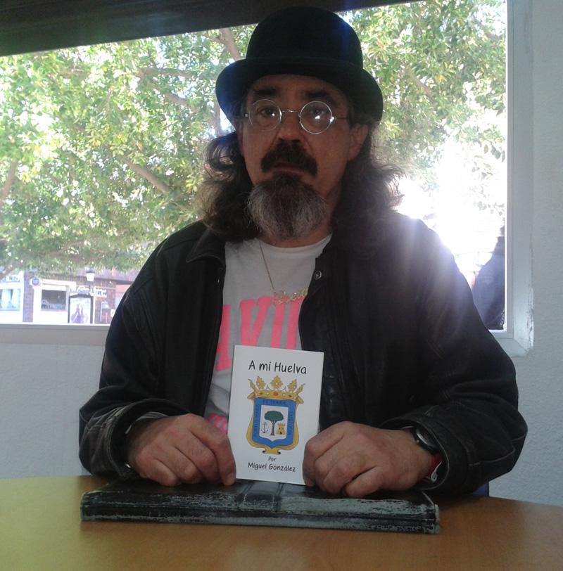 Miguel González, con su libro 'A mi Huelva'.