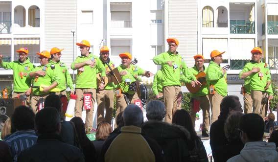 Un desfile y la actuación de chirigotas marcó la jornada carnavalesca del domingo en El Portil