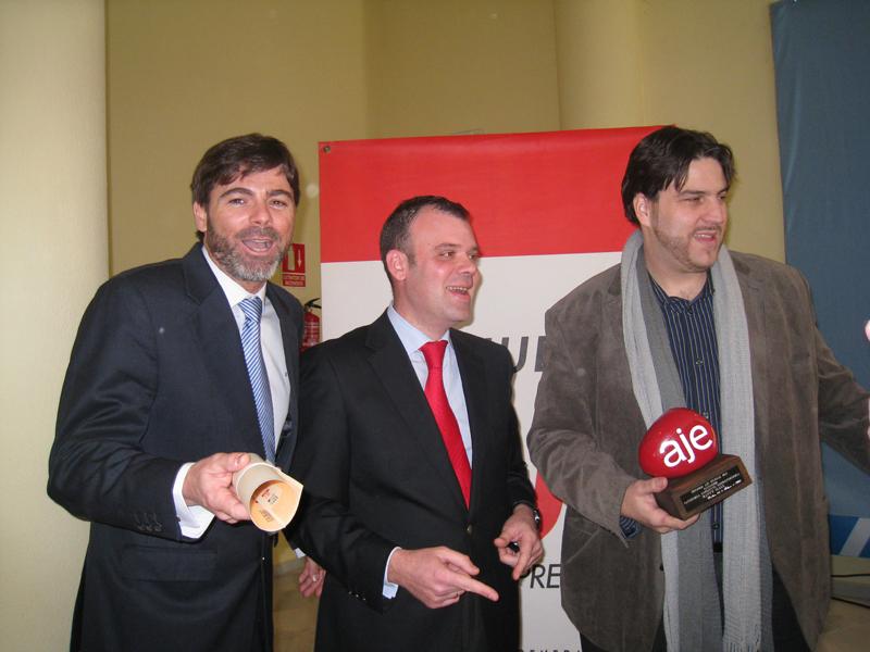 Los homenajeados recogiendo sus premios.