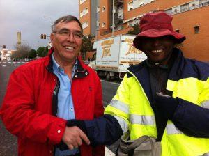 Antonio estrecha la mano de una de las personas a la que ha regalado un chaleco. / Foto: Carlos Valencia