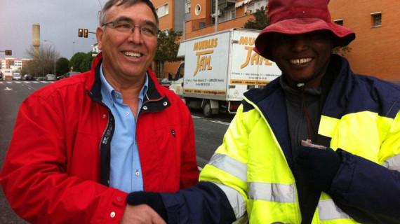 Un comerciante de Rosal de la Frontera reparte ropa con el logo de su empresa entre los 'semaforeros' de Huelva