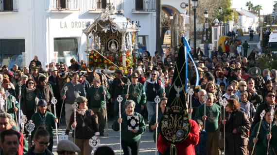 San Juan lleva su Simpecado ante la Virgen del Rocío en una peregrinación multitudinaria