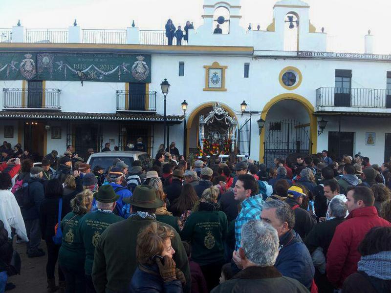 Los romeros congregados esta mañana en en las puertas de la Casa-Hermandad de San Juan del Puerto en El Rocío. / Foto: Juan Antonio Ruiz