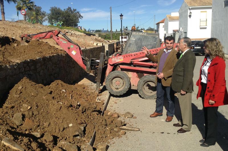 El subdelegado del Gobierno visita las obras en Santa Olalla del Cala.