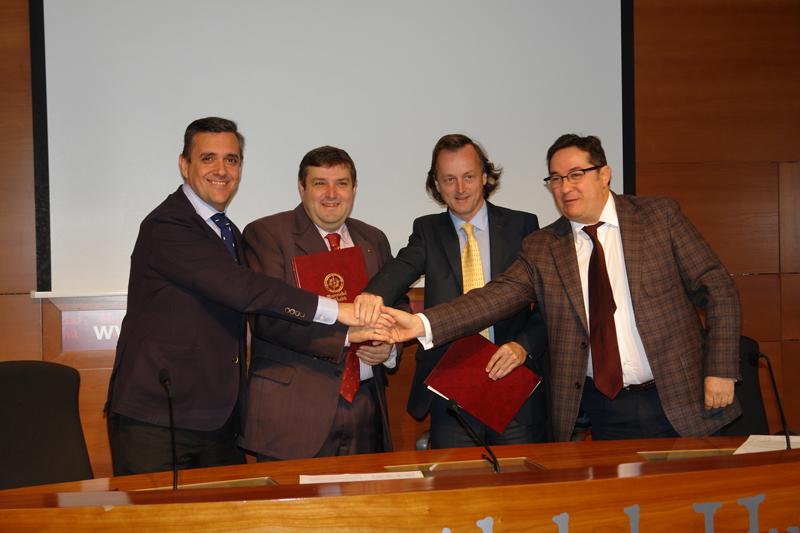 El rector y los representantes de las tres empresas sellan el convenio.