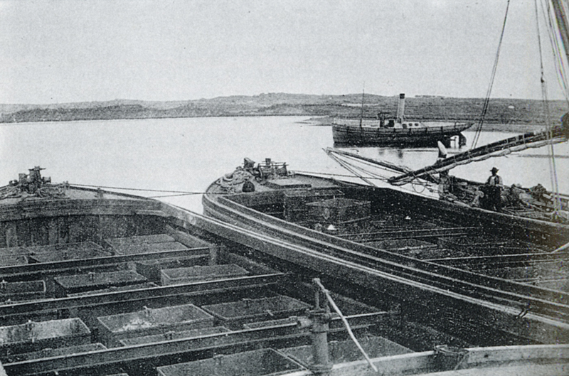 Barcazas de carga de mineral en San Juan del Puerto, 1875.
