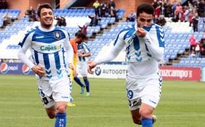 Chuli besa el escudo del Recre tras marcar el primer tanto. / Foto: Josele Ruiz.