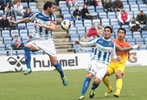 Cifu y Zamora, rápidos, se anricipan a un jugador barcelonista. / Foto: Josele Ruiz.