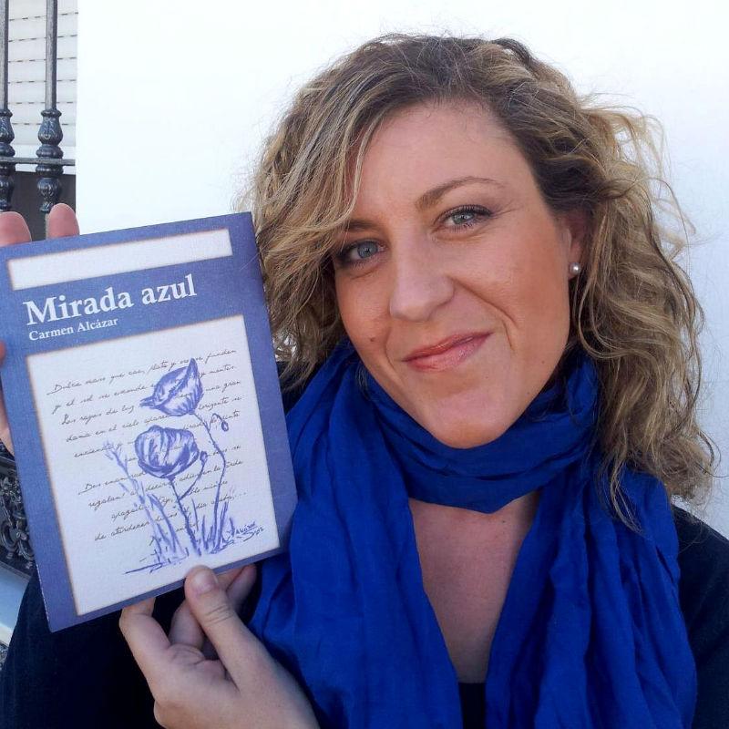 Carmen Alcázar, con su libro Mirada Azul.