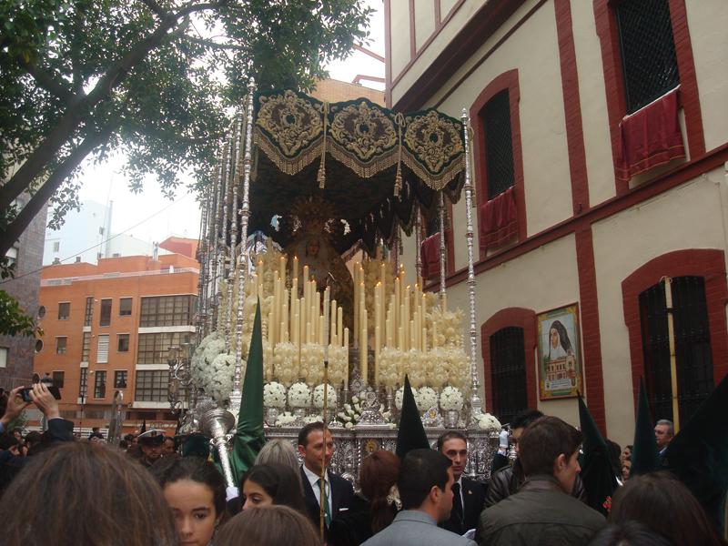 Huelva se vuelca con la Hermandad de la Esperanza en el Miércoles Santo.