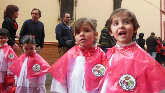 Los pequeños del colegio María Inmaculada, primeros en procesionar por las calles de Huelva