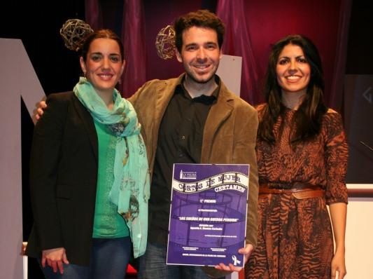 El ganador del certamen de cortos, Agustín Montes, recogiendo su premio.
