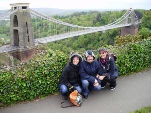 Elena Cano, junto a su hermano y su cuñada, ante el emblemático Suspension Bridge, uno de los símbolos de Bristol, y detrás el bosque Asthon Court.