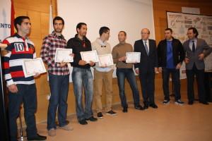 El alcalde de Huelva, Pddro Rodríguez, entregó sus distinciones a los ganadores de las pruebas.