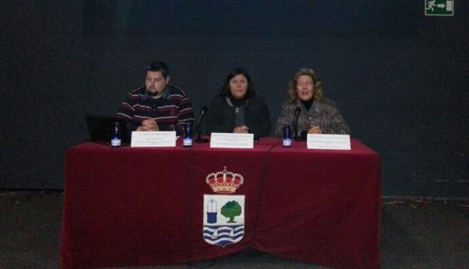 La Teniente de Alcalde, Carmen Cárdenas(en el centro) ha remarcado la importancia de la formación de los profesionales que trabajan con menores.