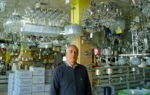 El empresario Manuel Madero en el interior de Merkalámparas.