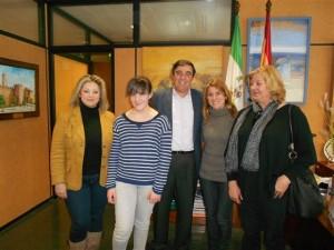 La joven premiada es felicitada por el delegado de Educación en Huelva.