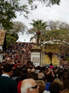 La Victoria entre multitud de onubenses