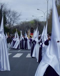 Nazarenos del Cautivo en el Lunes Santo de Huelva.