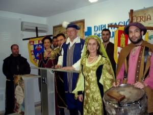 El alcalde de Palos ha presentado el acto vestido de época medieval.