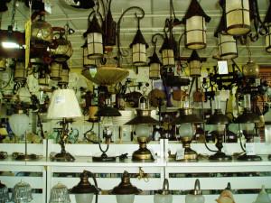 La exposición cuenta con una gran variedad de lámparas.