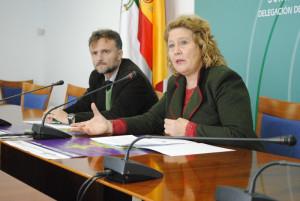El delegado del Gobierno andaluz en Huelva, José Fiscal, y la coord. del IAM en Huelva, Rosario Ballester.