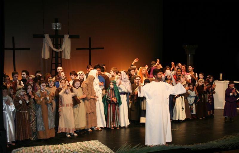 Sesenta actores escenifican en el Teatro España de La Palma 'La pasión de Jesuscristo'