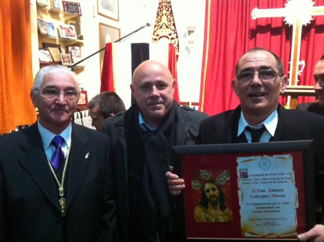Uno de los miembros de la junta de la hermandad, el concejal isleño y el pregonero.