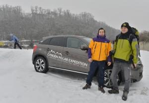 Michal Petrík y Jaroslav Plavec delante de su vehículo