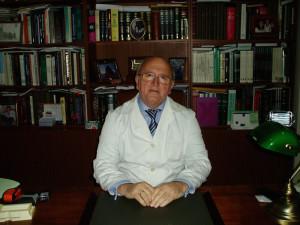 El doctor, Antonio Aguado, en su consulta.