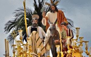 Una túnica de lanilla color crudo y un mantolin de tela brocada en oro serán algunos de los estrenos del Cristo de La Borriquita