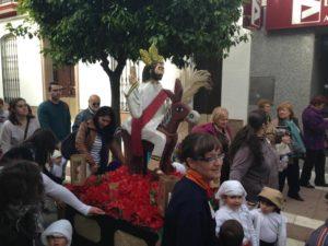 El acompañamiento a esta peculiar Borriquita sanjuanera ha sido numeroso. / Foto: Juan Antonio Ruiz.