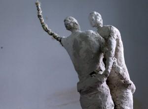 Las esculturas surgen de materiales sencillos como alambres gruesos, mallas, cuerda de cáñamo, papel, vendas, colas, escayola o ceniza.