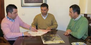 José Luis Pérez, presidente del CD Moguer, en el momento de la firma del convenio.
