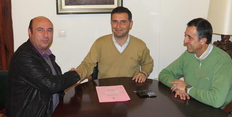 Manuel Morales, presidente del PAN; Gustavo Cuéllar, alcalde de Moguer; y José Antonio Rodríguez, concejal de Deporrtes.