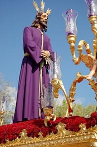 Cristo Cautivo procesionando por las calles de Huelva. / Foto: www.cautivohuelva.com