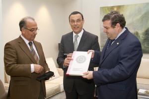 Suárez Japón y Martínez entregan a Caraballo el estudio.