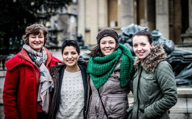 Elena con su equipo de trabajo de la BBC. (De izquierda a derecha) Chloë Rawlings, jefa de producción; Camila Carlow, ayudante de investigación; Elena Cano Benítez, ayudante de investigación; y Jessamy Tonkin, investigadora. / Fotógrafo: Jaime Martínez del Cerro. Al fondo, un edificio de la Universidad de Bristol.