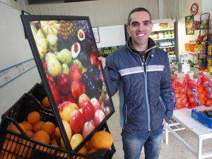 José Antonio Rodríguez, con sus frutas y sus fotografías.