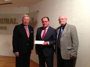 Al término del concierto se hizo entrega del cheque con la cantidad recaudada a 'Ángel Cofrade'.