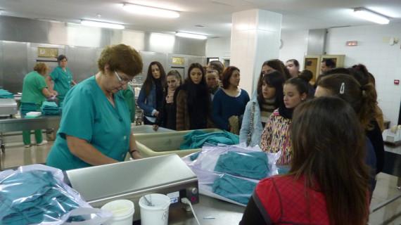 Alumnos de Cuidados Auxiliares conocen la central de esterilización del hospital Juan Ramón Jiménez