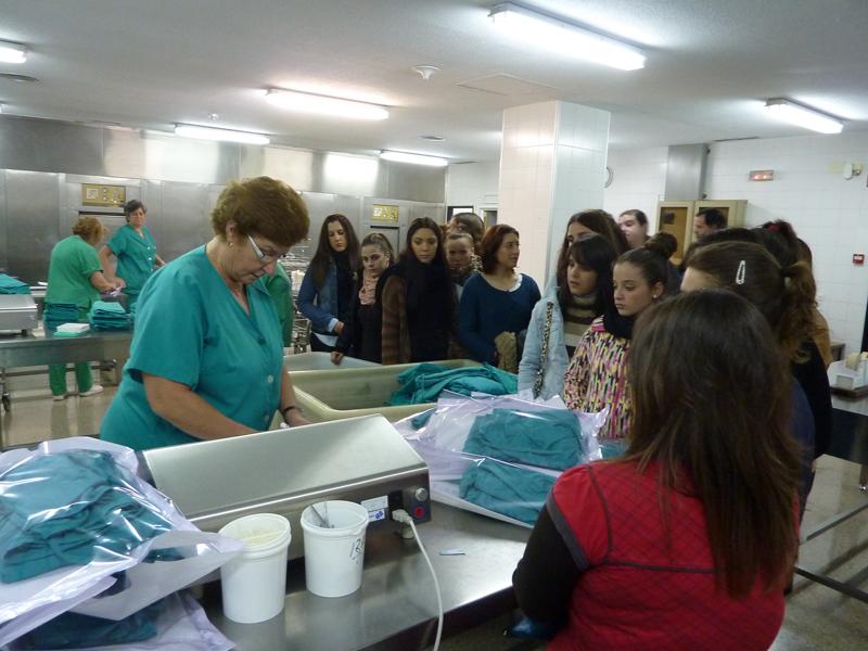 Alumnos de Enfermería visitan el hospital Juan Ramón Jiménez.