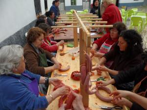 Las mujeres hacen embutido con las carnes de la matanza. / Foto: Javier Moya