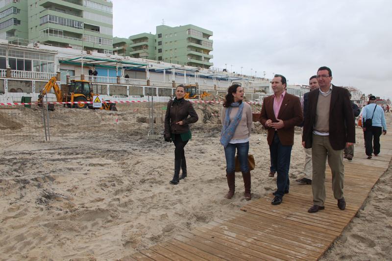 Manuel Andrés González visitó el paseo marítimo de Matalascañas.