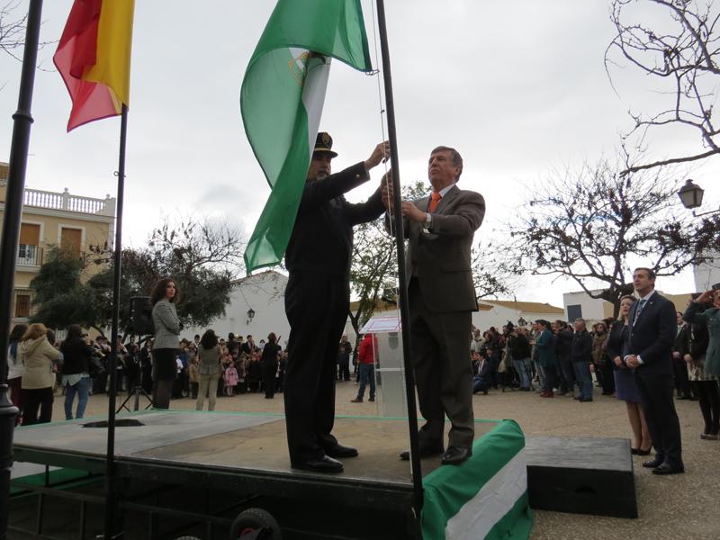 Izada de bandera en el Día de Andalucía.