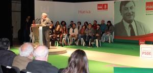 Carlos Navarrete se dirigió a los jóvenes en su intervención durante el homenaje.