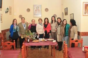 El alcalde de La Palma junto a varios concejales y los propietarios del bar La Pará, donde se ha iniciado el recorrido.