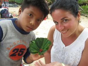 Carmen y un pequeño panameño con una rana roja.